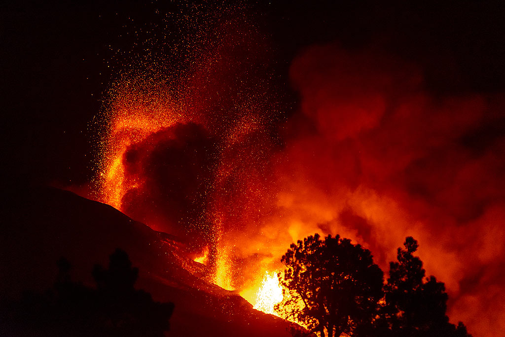 View of the vent area from Tajuya at night - lava fountaining and ash emissions continue. (Photo: Tom Pfeiffer)