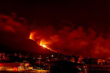 View of the eruption at night from behind El Paso town. (Photo: Tom Pfeiffer)