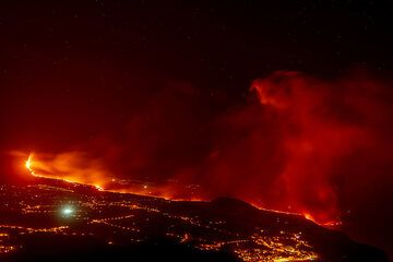 Overview of the eruption at night from the El Time viewpoint (Photo: Tom Pfeiffer)