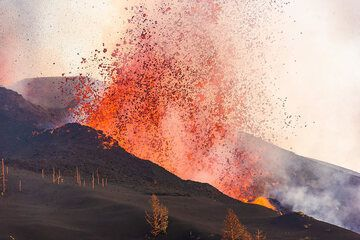 Violent lava fountain from the flank vent. (Photo: Tom Pfeiffer)