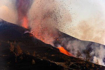 The flank vent feeds a lava flow while another fountain, more rich in gas and ash rises from the summit vent. (Photo: Tom Pfeiffer)