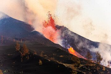The flank vent feeds a lava flow. (Photo: Tom Pfeiffer)