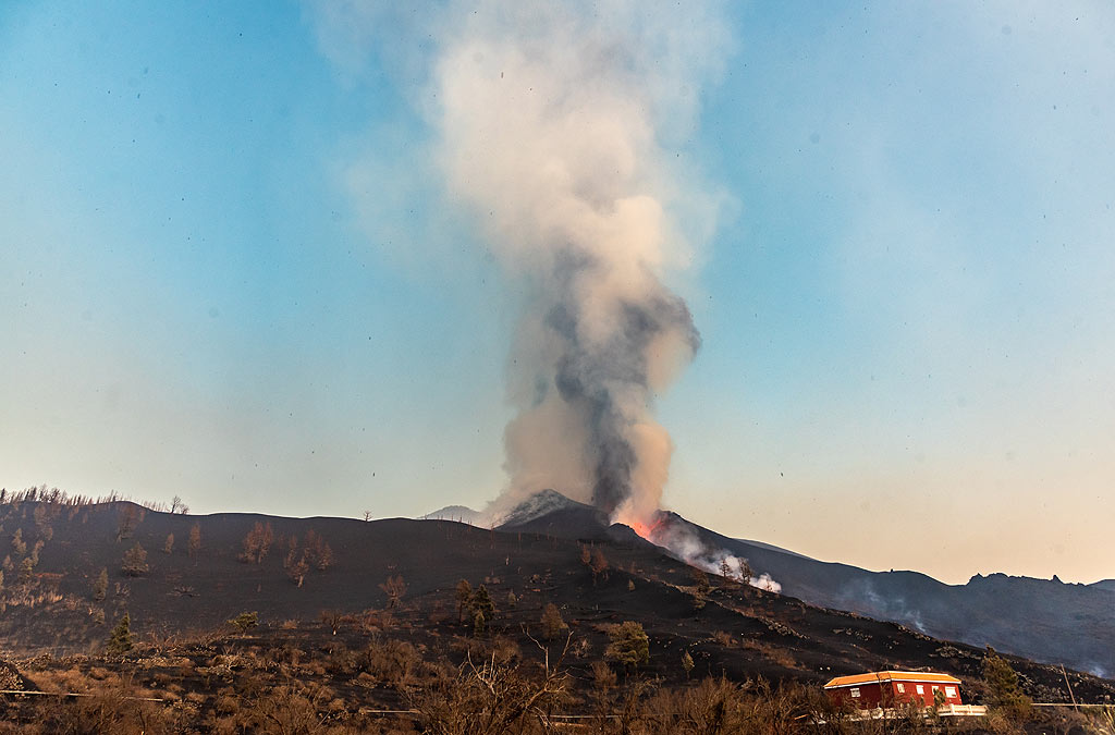 Compared to previous days, the eruption column is much less vigorous. (Photo: Tom Pfeiffer)