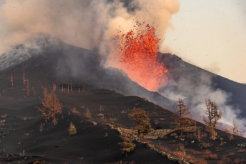 The eruption is next to an old lava channel in the foreground. (Photo: Tom Pfeiffer)
