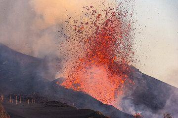 Lava fountain from the flank vent. (Photo: Tom Pfeiffer)
