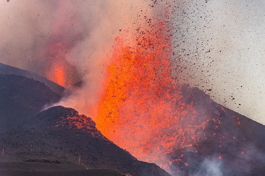 Close-up of the lower lava fountain. (Photo: Tom Pfeiffer)