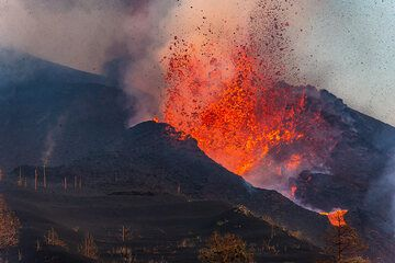 Close-up of the lava fountain. (Photo: Tom Pfeiffer)