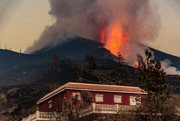 House in El Paraiso threatened by the eruption of La Palma, 30 Sep 2021 (Photo: Tom Pfeiffer)