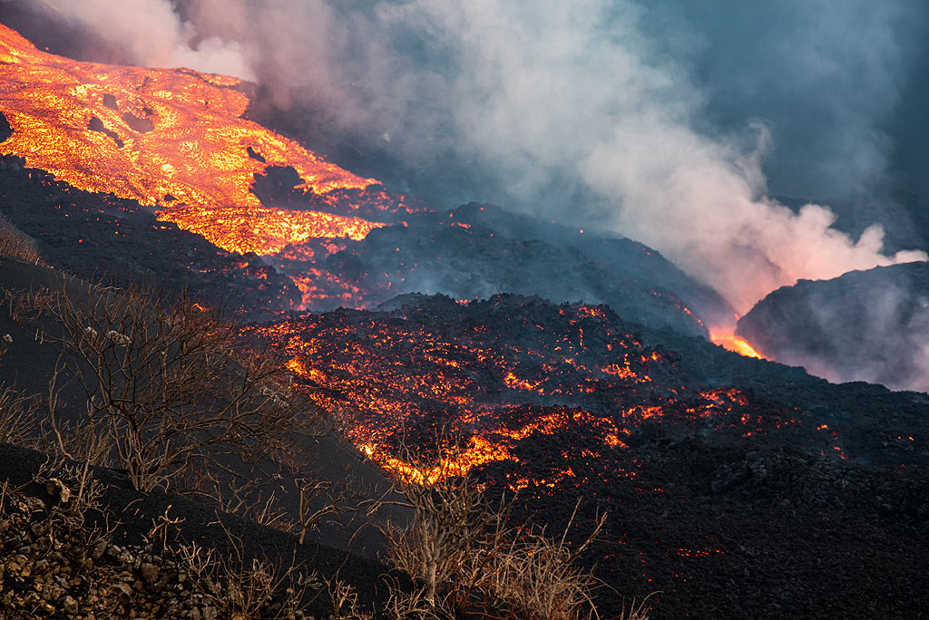 The fountaining feeds several 'a'a (blocky) lava flows overlapping each other. (Photo: Tom Pfeiffer)