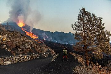 Andreas photographing the lava flow (Photo: Tom Pfeiffer)