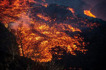 Detail of the lava flow front (Photo: Tom Pfeiffer)