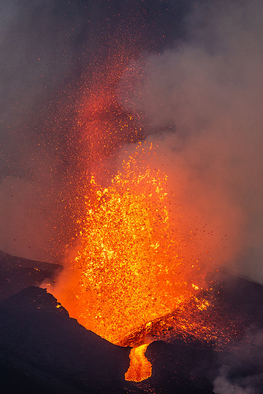 Overspilling lava starts another flow from the fountain. (Photo: Tom Pfeiffer)