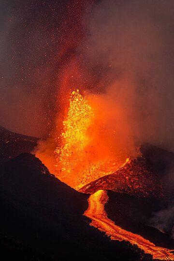 Lava fountain and lava flow (Photo: Tom Pfeiffer)