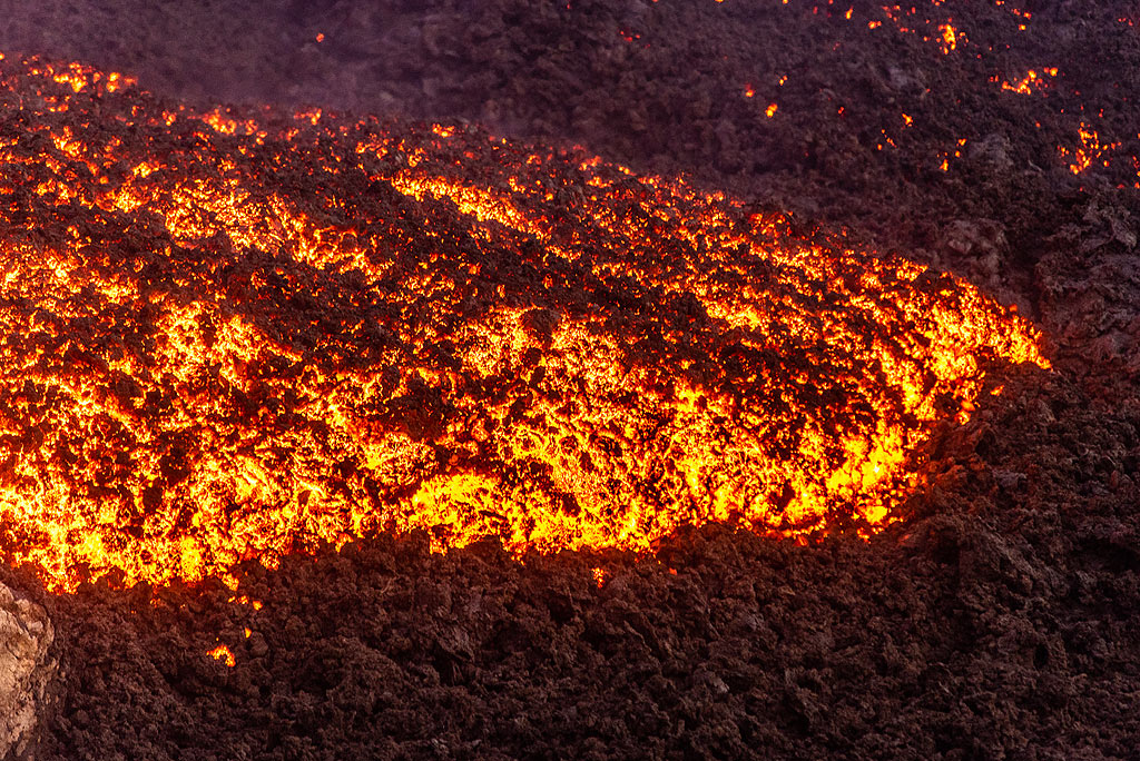 Fast-moving active lava flow front. (Photo: Tom Pfeiffer)