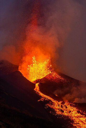 Lava fountain and lava flow at dusk (Photo: Tom Pfeiffer)