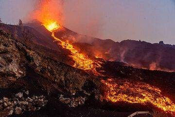 The lava flow has quickly reached the base of the cone. (Photo: Tom Pfeiffer)