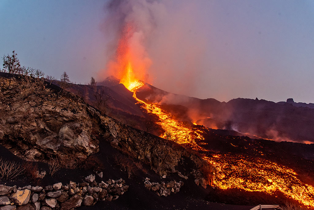 Wide-angle view of the eruption at dusk (Photo: Tom Pfeiffer)