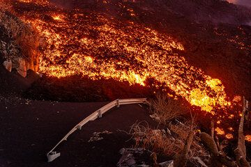 The lava flow eats another meter or so from the road (Photo: Tom Pfeiffer)