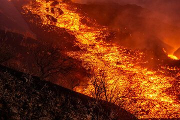 View onto the active lava flow (Photo: Tom Pfeiffer)