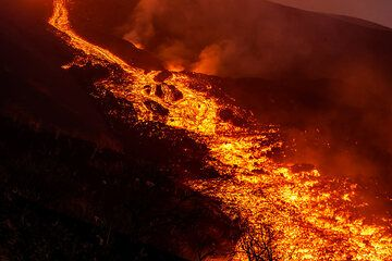 Widening lava flow channel (Photo: Tom Pfeiffer)