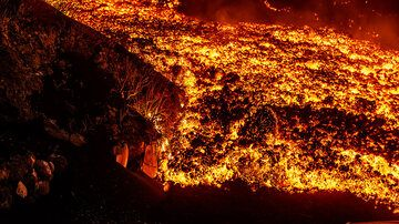 Lava flow front at the edge of the road (Photo: Tom Pfeiffer)