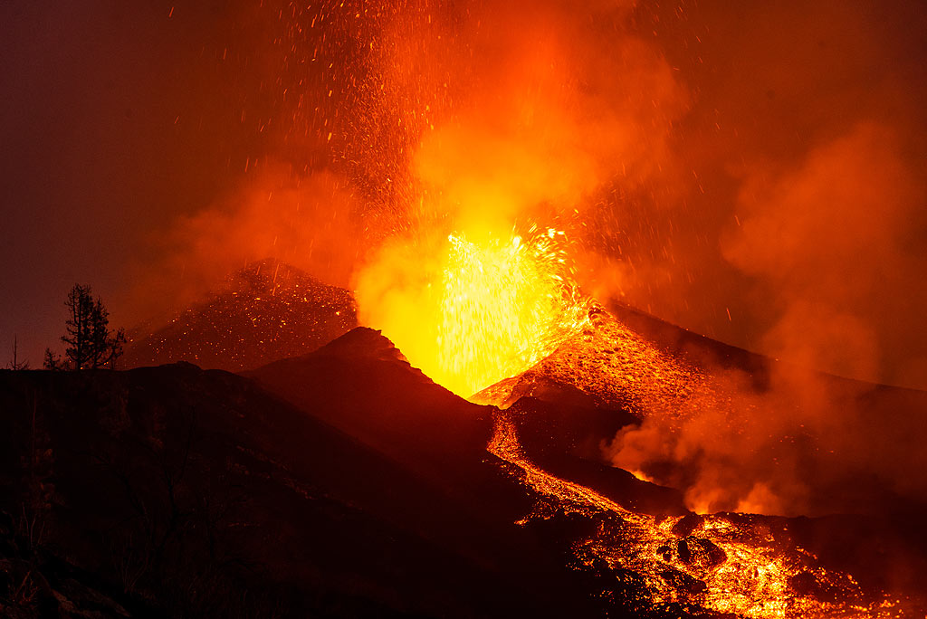 The lava fountain and lava flow at night (Photo: Tom Pfeiffer)