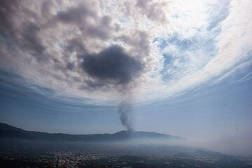 The inversion layer higher up at the top of the Saharan air layer, at around 5300 m elevation, forces the rising hot air and ash from the eruption to spread horizontally. As the eruption intensity fluctuates in pulses, these horizontally spreading air masses form concentric waves. (Photo: Tom Pfeiffer)