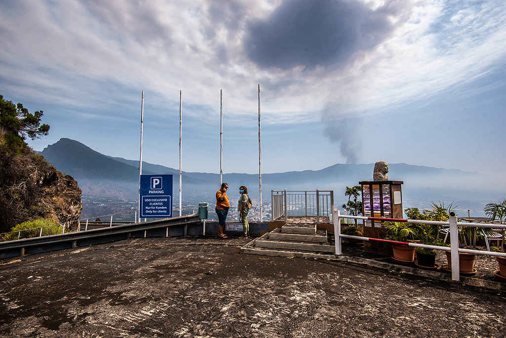 Ash has drifted north and covers the terrace of the El Time viewpoint. (Photo: Tom Pfeiffer)