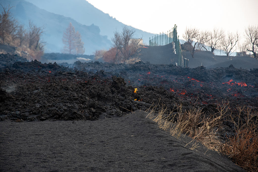The lava flow on the ash-covered road (Photo: Tom Pfeiffer)