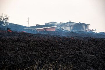 More buildings fell victim to the lava. (Photo: Tom Pfeiffer)