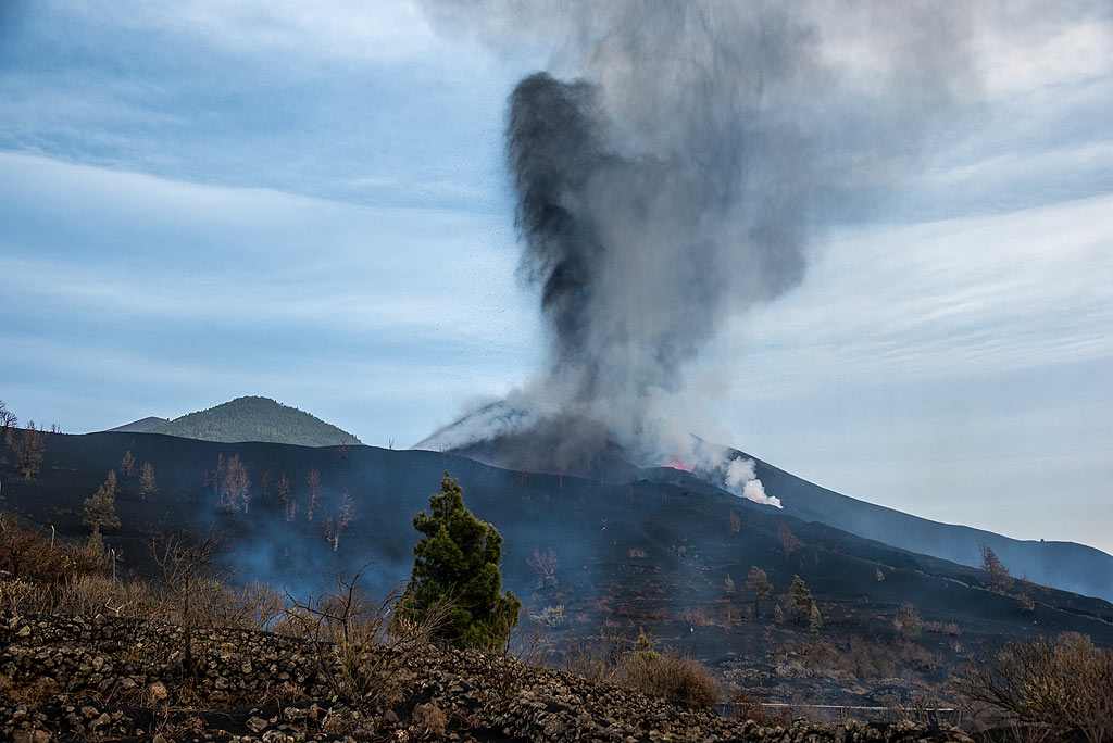 View of the eruption from some distance with the new lava flow in the foreground. (Photo: Tom Pfeiffer)