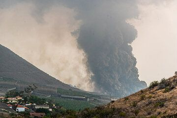 The cloud rapidly becomes thicker or wider towards the coast - it looks very much like a pyroclastic flow, although we wonder how it might have formed there... (Photo: Tom Pfeiffer)
