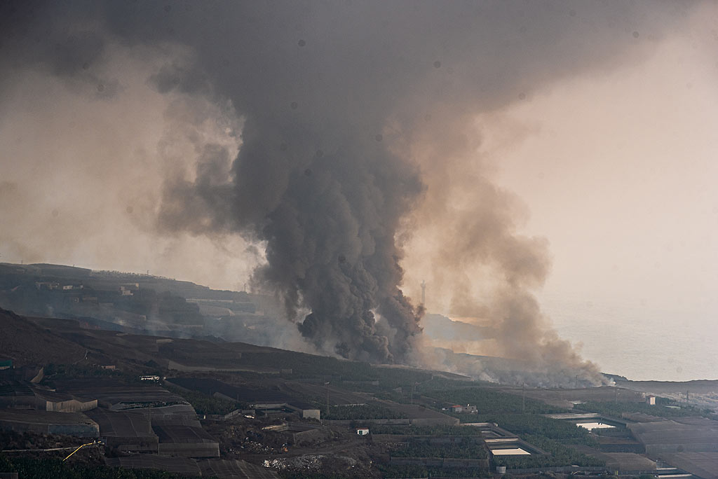 When arriving on the top of the hill, we can see that the area is not on the sea delta, which we thought might have been collapsing, and thus generating a pyroclastic flow perhaps, but from the area of banana plantations. Still, we think it might be the opening of a new eruptive fissure? (Photo: Tom Pfeiffer)