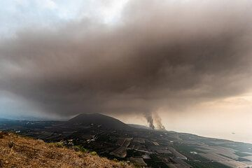 The event produced a huge cloud of smoke, which starts spreading towards our position. (Photo: Tom Pfeiffer)