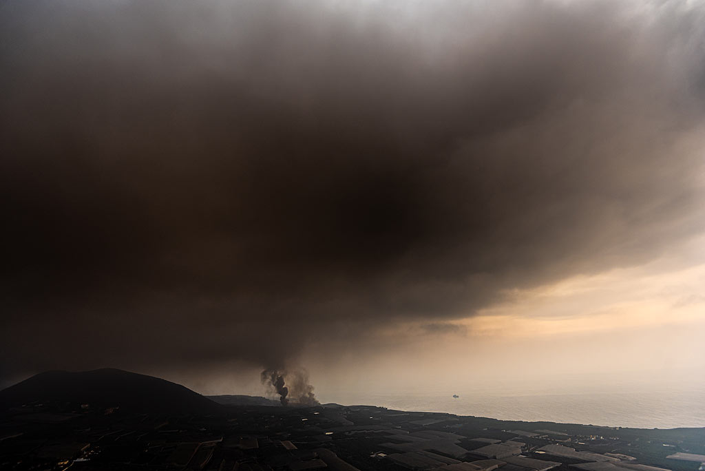 Very soon, the sky becomes dark brown and ash from burnt organic or other material starts falling, forcing us to leave our position. (Photo: Tom Pfeiffer)