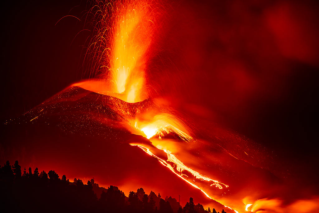 Still, the eruption is too bright to show full parabolic trajectories from the lava fountains. (Photo: Tom Pfeiffer)