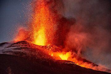 The eruption at dusk (Photo: Tom Pfeiffer)