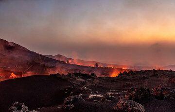 Lava flow at dusk (Photo: Tom Pfeiffer)