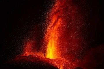 Lava fountain close-up (Photo: Tom Pfeiffer)