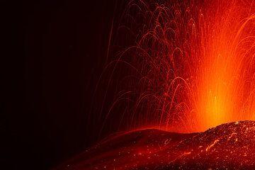 Trails of falling glowing lava bombs (Photo: Tom Pfeiffer)