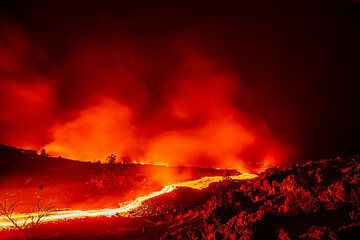 Lava flow at night (Photo: Tom Pfeiffer)