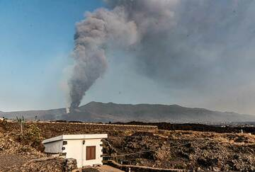 3 Oct 2021: activity has been very high at the summit vents for several days. Continuous fountaining from the summit vents produces a tall ash plume of several kilometers height. The summit ridge of Cumbre Vieja volcano in the background. (Photo: Tom Pfeiffer)