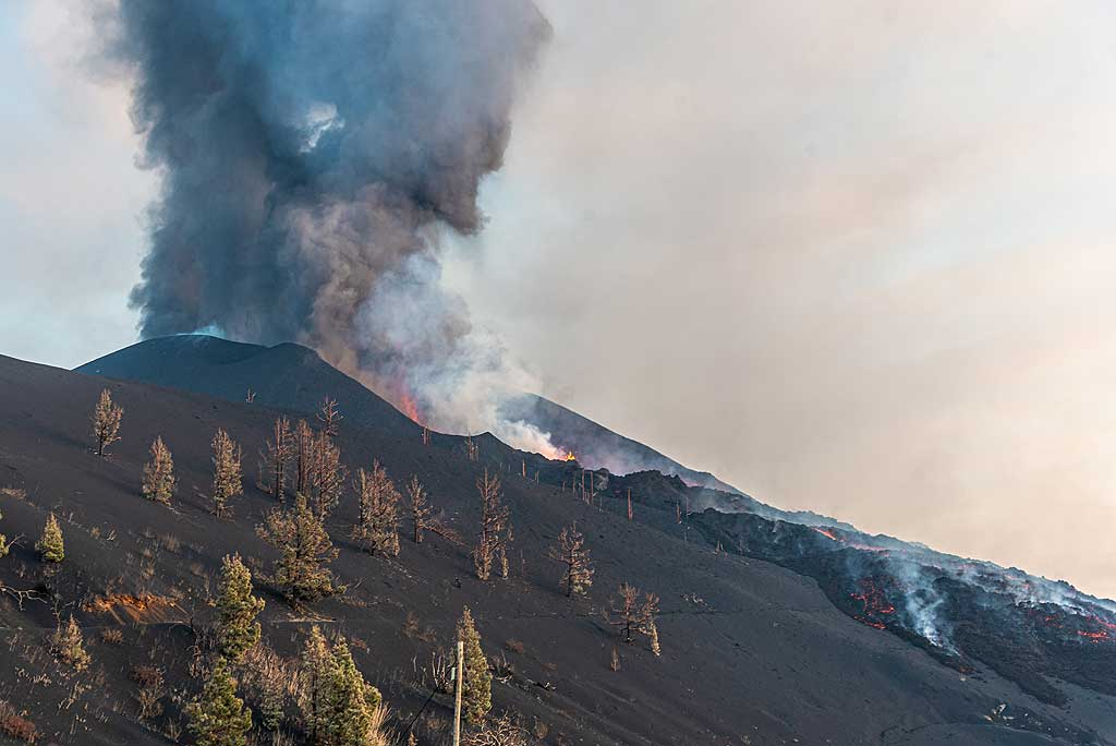 The collapse of the flank left a thick debris of hot blocks and chaotic lava flows on the northwestern flank. (Photo: Tom Pfeiffer)