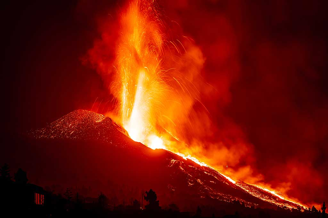 Lava fountain 21.07 pm (Photo: Tom Pfeiffer)