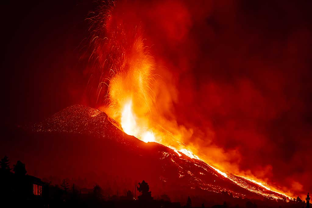 Lava fountains seen from Tacande (north of the eruption) 21:14 pm (Photo: Tom Pfeiffer)