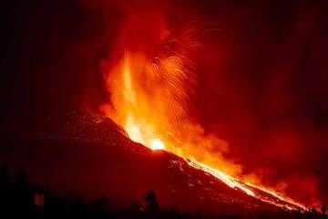 Lava fountain 21:16 pm (Photo: Tom Pfeiffer)