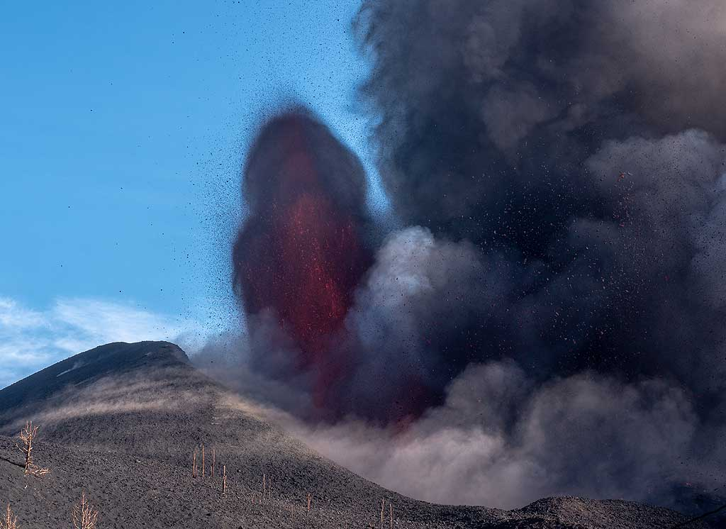 A pulsating lava fountain rises from the summit vent. (Photo: Tom Pfeiffer)