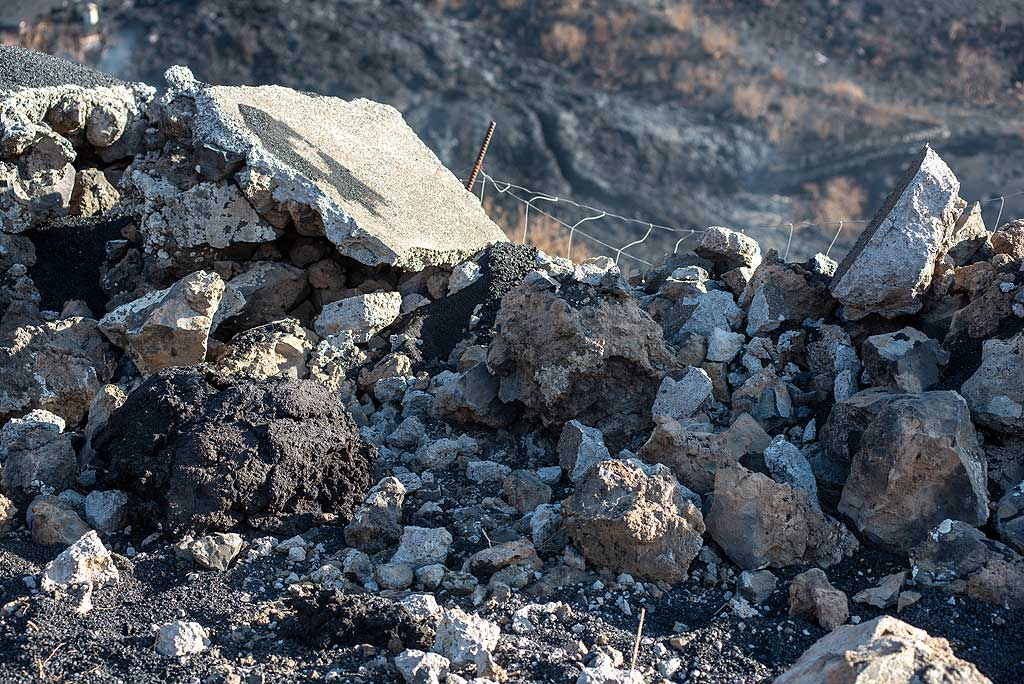 Lava bomb has hit the wall at the place where measurements had been made days earlier. (Photo: Tom Pfeiffer)