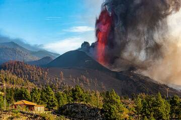 Afternoon lava fountain and ash falling over El Paraiso. (Photo: Tom Pfeiffer)