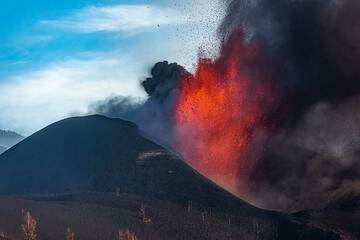Sometimes the lava fountain is wider but not as high. (Photo: Tom Pfeiffer)